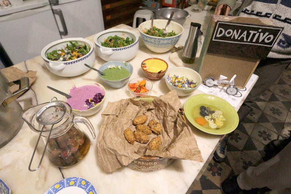 Saladinha da Horta do Moinho, molhos veganos multicolores, falafels crocantes e caldo de bicicletas partidas :D